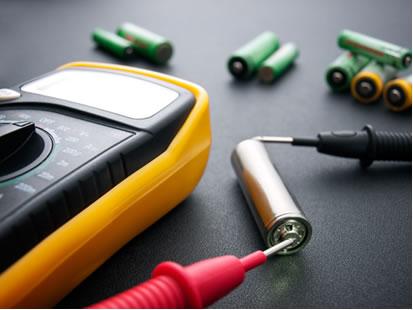 Voltímetro medindo a diferença de potencial entre os eletrodos de uma pilha