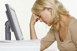 Dor de cabeça, irritabilidade e insônia são alguns sintomas da TPM.