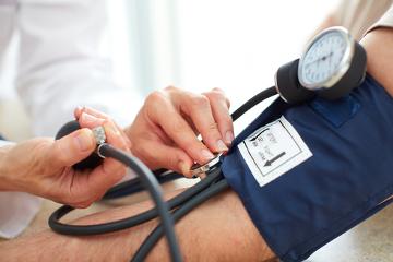 Pessoas hipertensas apresentam pressão superior a 140/90mmHg