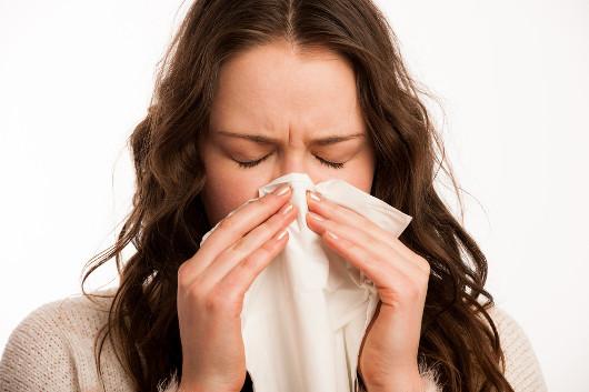A coriza é uma característica típica do resfriado.