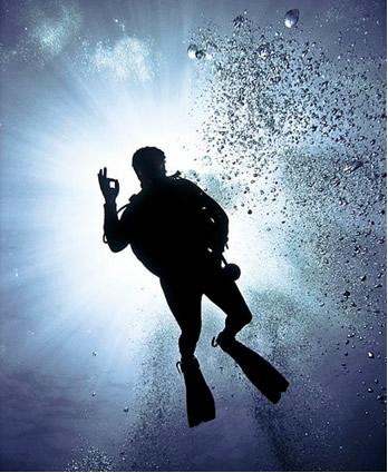 Qual é o gás respirado em mergulhos profundos?