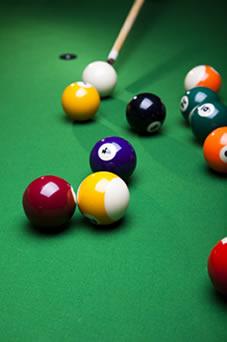 Na colisão entre as bolas, a quantidade de movimento de uma bola se transfere a outra, assim, a quantidade de movimento total do sistema é conservada