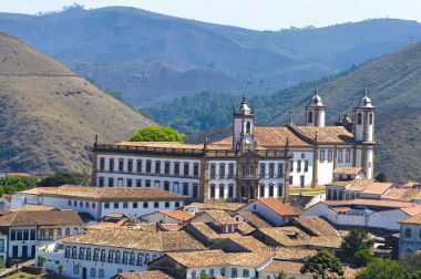 Acima, vista de uma parte da cidade de Ouro Preto, Minas Gerais, antiga Vila Rica do Ouro Preto