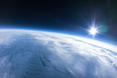Apesar de ser representado na cor laranja ou em tons avermelhados, o Sol, quando visto de fora da Terra, é branco.