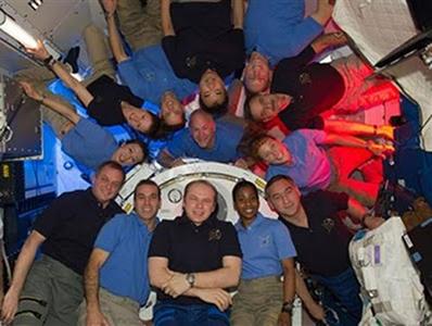 """Os astronautas """"flutuam"""" dentro das naves, pois estão em situação de queda livre"""