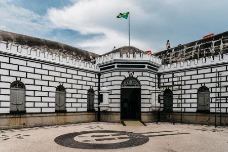A Revolta do Forte de Copacabana de 1922 contaria com a participação de Prestes, mas uma doença (tifo) impediu-o*