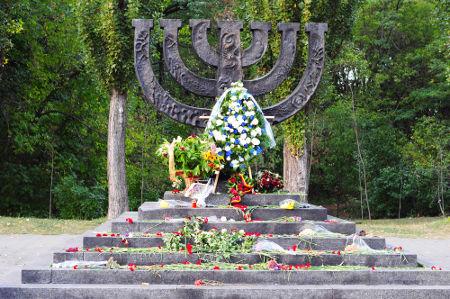 Memorial construído em Kiev em homenagem a todos os judeus que foram mortos durante o Massacre de Babi Yar *