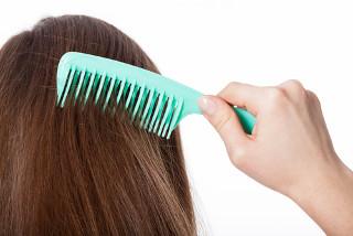 Escovar os cabelos secos com pente de plástico duro pode causar eletrização por atrito