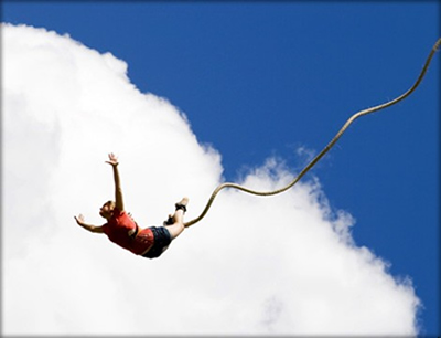 Durante a queda de um salto de bungee jumping, a energia potencial gravitacional se converte gradualmente em energia cinética
