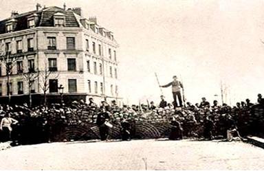 Uma das barricadas formadas na capital francesa durante a Comuna de Paris, em 1871.