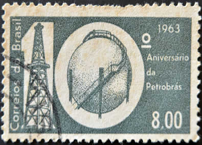 Durante o segundo governo Vargas, foi criada a Petrobras, que tinha o monopólio da produção petrolífera nacional.*