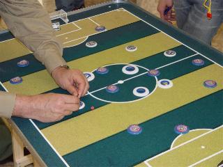 Futebol de botão (ou futebol de mesa) - esporte que mistura criatividade, técnica e saudosismo.