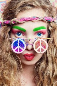 As cores e o símbolo da paz caracterizavam os membros do movimento hippie
