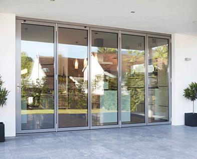 As portas de vidro podem ser consideradas lâminas de faces paralelas