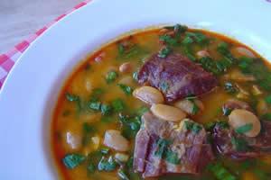 Carne e leguminosas, como a fava, são alimentos ricos em ferro, capazes de prevenir a anemia ferropriva.