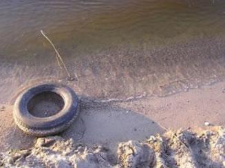A deposição de lixo em margens aquáticas.