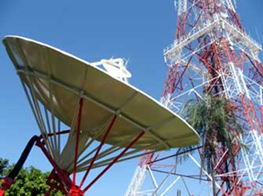 Antenas de transmissão de ondas de rádio e televisão