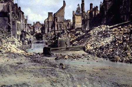 Imagem de cidade francesa na Normandia completamente destruída pelos combates entre aliados e alemães em 1944