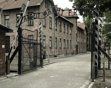 Portão de entrada do campo de concentração de Aushwitz, o principal símbolo do holocausto.