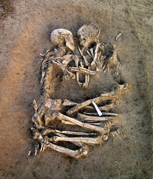 Um casal de esqueletos levanta suspeitas sobre o amor na Idade da Pedra.