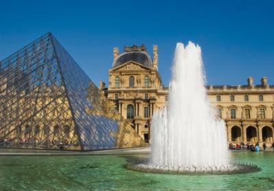 Museu do Louvre, em Paris. Um dos mais conhecidos e visitados museus do mundo.*