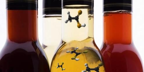 O ácido acético é o principal componente do vinagre, conferindo-lhe seu sabor azedo característico