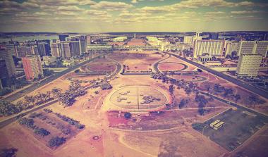 A construção de Brasília resultou do antigo projeto de transferência da capital para o centro do país*