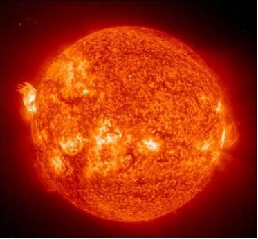 A fonte de energia que mantém o Sol vivo são as reações de fusão em seu núcleo