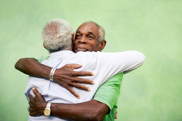 Um gesto como um abraço pode conter inúmeros significados