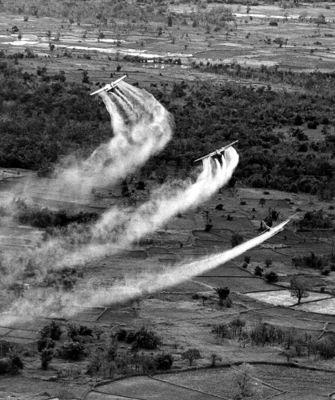 Aeronave norte-americana lançando o Agente Laranja, responsável por desfolhar árvores, em foto de 1966