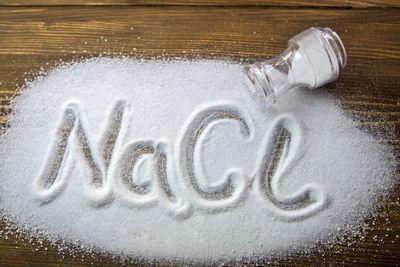 O cloreto de sódio (sal de cozinha) é um composto iônico, por isso apresenta um íon-fórmula