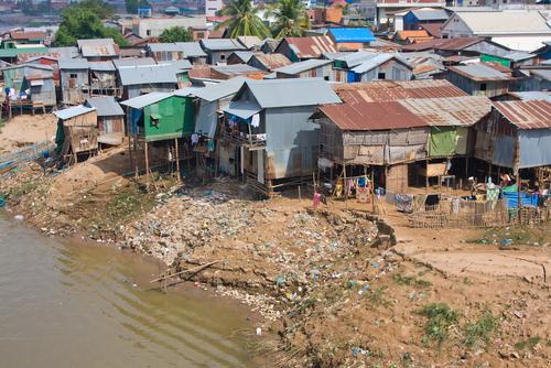 Moradias precárias no Cambodja, uma expressão do subdesenvolvimento
