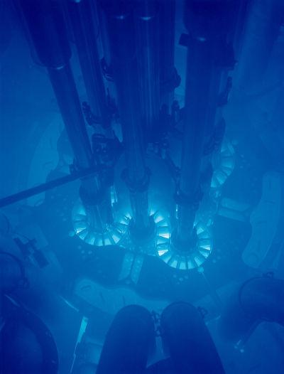 Brilho azulado no reator nuclear ocorre por causa do efeito Cherenkov