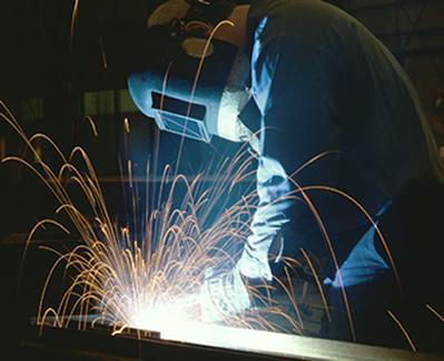 Um gás em alta temperatura, isto é, com alta energia interna, pode ser usado na indústria para soldar e cortar metais