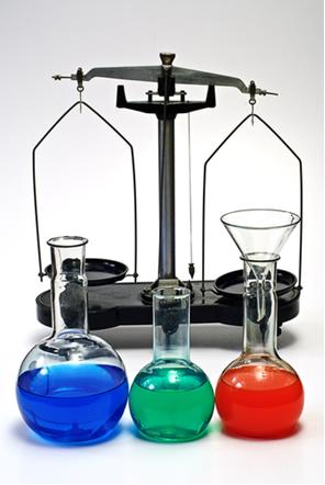 As reações reversíveis que entram em equilíbrio químico podem ser analisadas em termos quantitativos por meio das constantes de equilíbrio