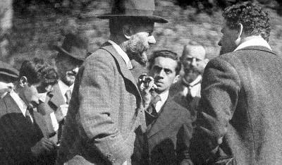 Max Weber (ao centro, de perfil) foi um dos mais eminentes sociólogos do século XX*