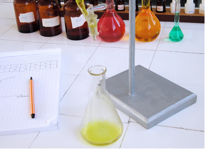 Entre as reações inorgânicas estudadas em laboratório está a reação de simples troca