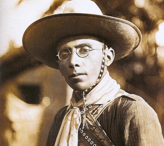 Os óculos de Lampião: o humor e a vaidade de um temido cangaceiro nordestino.