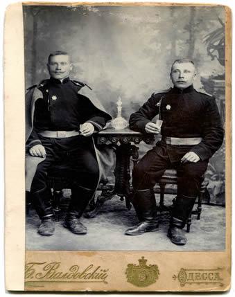 Primeira Guerra Mundial: Dois soldados russos com uniforme de gala.*