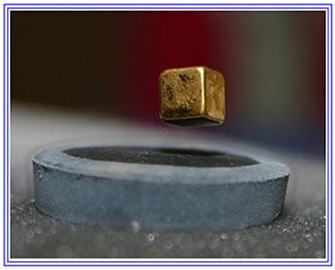 Um pequeno ímã flutua sobre um material supercondutor