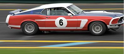 Um carro de corrida está em movimento porque a cada instante ele se distancia de um ponto de referência fixo.