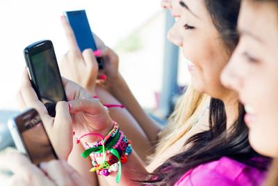 O internetês deve ficar restrito aos ambientes virtuais, onde a rapidez na emissão da mensagem contribui para uma comunicação mais dinâmica