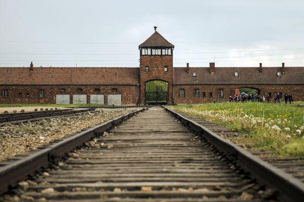 Trilhos localizados na entrada do campo de concentração e de extermínio de Auschwitz, o maior construído pelos nazistas.*