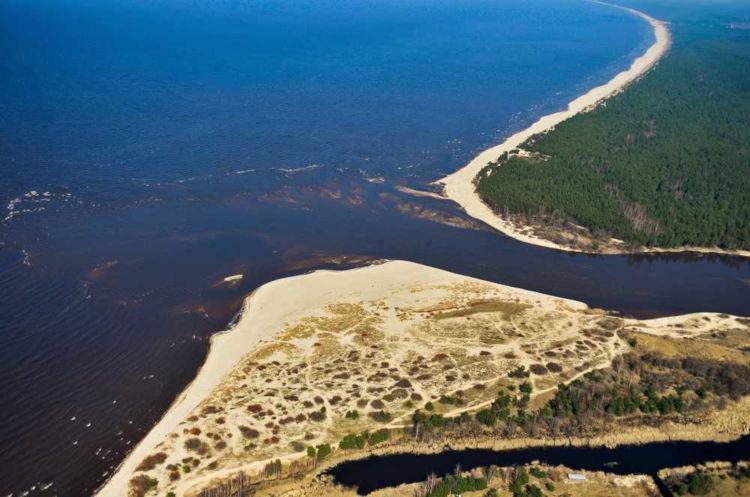 Foz é a parte de um rio ou um corpo d'água que corresponde à sua desembocadura.