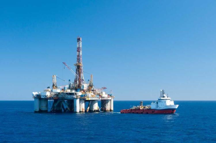 O pré-sal constitui uma grande reserva de petróleo sob uma espessa camada de sal no fundo oceânico.