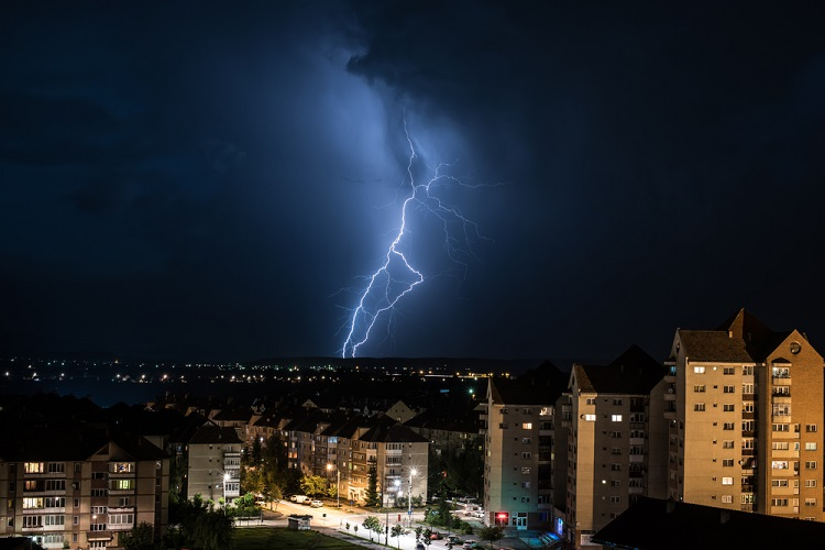 Os raios ocorrem em virtude do atrito de massas de ar no interior de nuvens